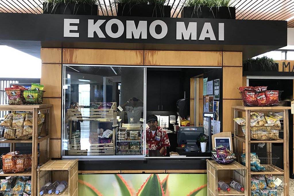 E Komo Mai Offers coffee, cold drinks, hot dogs, and snacks.  Open daily 7:00 – 4:30 p.m.